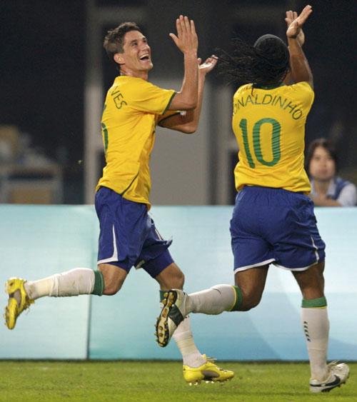 Thiago Neves e Ronaldinho Gaúcho comemoram o segundo gol brasileiro dançando flamenco. Olé!