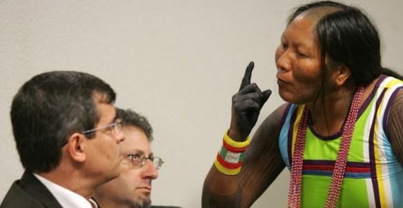Índia Tuíra Caiapó em protesto contra a construção de Belo Monte